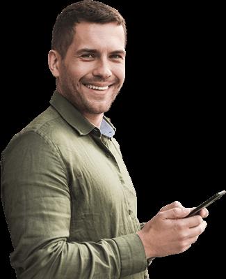 Homem observando site no celular